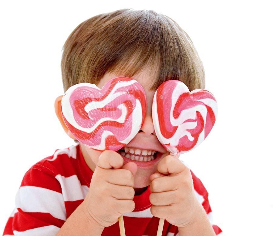 人类对甜味的偏好使得甜蜜远远超越了味觉体验,而用来形容各种美好的感受。据人类学家说,这大概是因为漫长的人类历史中,我们的祖先都没有充足的食物。糖,是各种食物成分中能够最快地转化为能量的,自然也就会获得特别的青睐。 除了热量,糖不提供任何营养 不过,当人类的食物已经极为丰富,我们的味觉偏好却还来不及相应地改变。所以,世界各地的孩子,都不约而同地喜欢糖。但是,糖实在不是一种好食品。除了热量,它不提供任何其他的营养成分。而热量,对于现代人来说,不仅不缺,反而是太多了,已经成为了健康的负担。过多的糖导致肥胖,